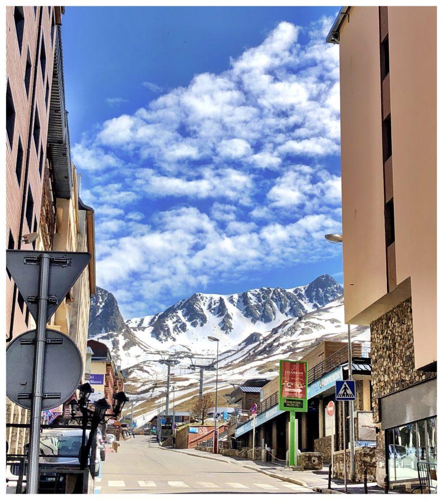 Cosas que tal vez no sabías de la economía de Andorra el pequeño principado europeo conocido por su estable y selecto sistema bancario pero sobre todo por ser el país más seguro de Europa con los impuestos más bajos de Europa y un sistema escolar único en Europa con 4 posibilidades para los residentes en Andorra, sean residentes pasivos o residentes activos.